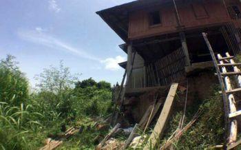 ภาครัฐเร่งนำทรายอุปกรณ์ซ่อมแซมบ้านช่วย ปชช.\'ชาวบ้านกุ่ม\' หลังตลิ่งทรุดตัว