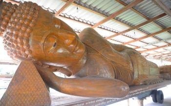 สายบุญห้ามพลาด! \'พระพุทธไสยาสน์ยักษ์\'หนึ่งเดียวในโลก ทำจากไม้สะพุงทองท่อนเดียวอายุกว่า150ปี