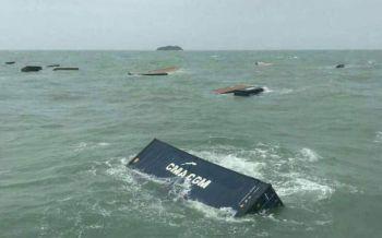 ทะเลตรังคลั่ง! ซัดเรือขนส่งสินค้า17ตู้คอนเทนเนอร์จมกลางทะเล