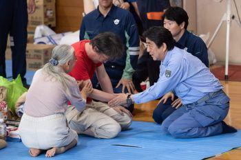 ยอดผู้เสียชีวิตน้ำท่วมญี่ปุ่น  พุ่งเกือบ 180 คนแล้ว-อาบะเยี่ยมผู้ประสบภัย