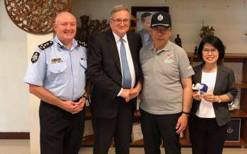 ทูตออสเตรเลียมอบเสื้อสามารถให้ \'ณรงค์ศักดิ์\' ดีใจได้ร่วมภารกิจช่วย 13 หมูป่าสำเร็จ