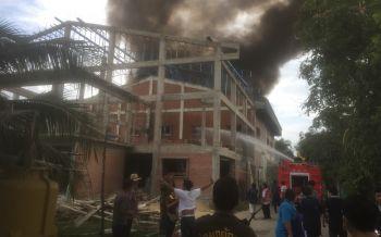 ไฟไหม้โรงงานทอป้ายผ้า \'สามพราน\' เผาเครื่องจักรวอด เสียหายไม่ต่กกว่า 5 ล้าน