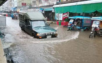 นครพนมฝนถล่มหนักกว่า10ชม. ต้นไม้หักโค่น-จมบาดาลทั้งเมือง