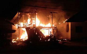 ไฟไหม้บ้านไม้2ชั้นลุกลามไปบ้านใกล้เคียง คาดไฟฟ้าลัดวงจร