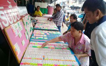 วันนี้รวย! ชาวบุรีรัมย์แห่ซื้อหวย\'13หมูป่า\'คึกคัก ขายดีหมดเกลี้ยงทุกแผง