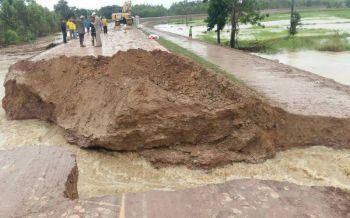 ร้อยเอ็ดพนังกั้นลำน้ำยังแตก! ถนนถูกตัดขาดน้ำหลากท่วมพื้นที่เกษตร