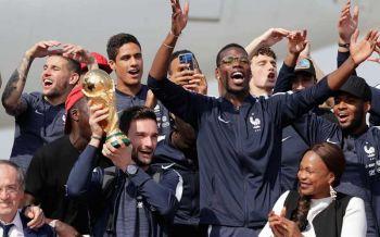 ฉลองถ้วยบอลโลก! นักเตะฝรั่งเศสแห่ฉลองแชมป์ท่ามกลางแฟนบอลครึ่งล้าน