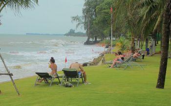 รีสอร์ทริมหาดเขาหลักปักธงแดงห้ามนทท.เล่นน้ำ หลังอุตุฯใต้เตือนฝนหนัก-คลื่นสูง2ม.