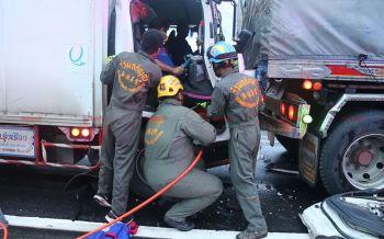 รถบรรทุกขนไม้เสียบลูกชิ้นหลับใน พุ่งอัดก็อปปี้ติดรถพ่วงเจ็บสาหัส