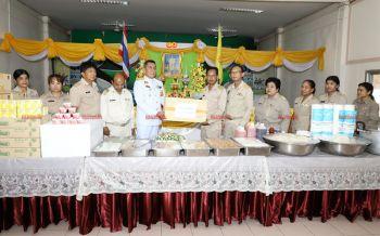 ร.10พระราชทานอาหารเลี้ยงเด็กในสถานสงเคราะห์5แห่งที่นนทบุรี