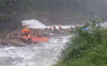 นทท.ฝืนประกาศจากกรมอุตุฯ เล่นล่องแก่งขณะฝนหนัก-เสี่ยงเกิดน้ำป่าไหลหลาก