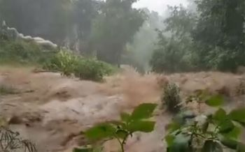 น่ากลัวมาก! วินาทีน้ำป่าไหลบ่าลงจากดอยสุเทพ เตือนหมู่บ้านป่าแหว่งเสี่ยงสูง (ชมคลิป)