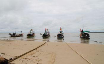 คลื่นสูงกว่า3เมตร เรือทัวร์นำเที่ยว-ประมงเล็กงดออกจากฝั่ง