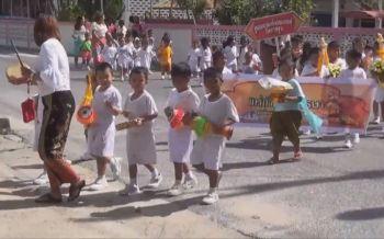 สุดน่ารัก! ศูนย์อบรมเด็กเมืองคอนนำหนูน้อยแห่เทียนพรรษา ปลูกฝังคุณธรรมอันดีงาม