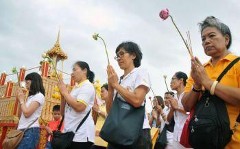 สนามหลวงเนืองแน่น! ประชาชนร่วมเวียนเทียนเนื่องในวันอาสาฬหบูชา