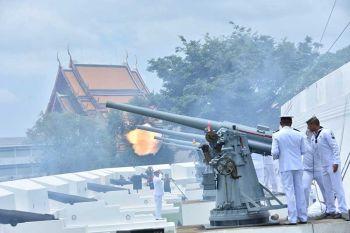 กองทัพเรือ \'ยิงสลุตหลวง\' เฉลิมพระเกียรติ \'ใหลวงร.10\'