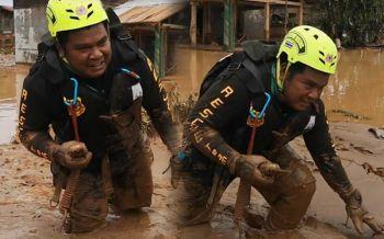 แห่ชื่นชม! นาทีกู้ภัยไทยลุยโคลนเกือบครึ่งตัว ช่วยพี่น้องสปป.ลาวจากภัยพิบัติเขื่อนแตก