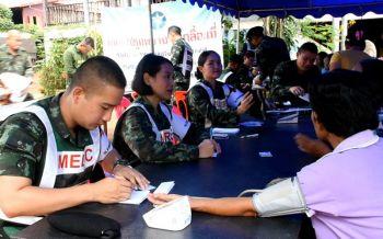 นครพนมน้ำโขงหนุนเพิ่ม! ทหารออกหน่วยแพทย์เคลื่อนที่ แจกยาป้องกันโรคมากับน้ำ
