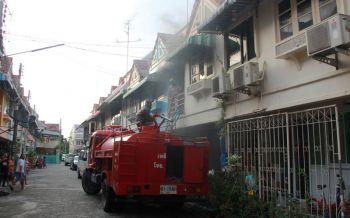 ไฟไหม้ทาวน์เฮ้าส์กลางเมืองพิษณุโลก หวิดวอดทั้งหลังโชคดีจนท.คุมเพลิงไว้ทัน
