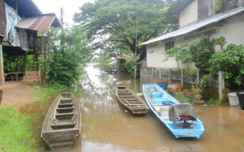 นครพนมน้ำโขงเริ่มลดแล้ว! ท่าเทียบเรือไทย-ลาว การสัญจรยังทุกลักทุเล