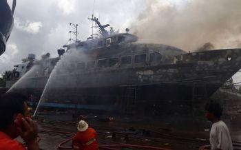 ด่วน!ไฟไหม้เรือหรูบนคานซ่อมที่ภูเก็ต วอดไปแล้ว2ลำยังคุมเพลิงไม่ได้