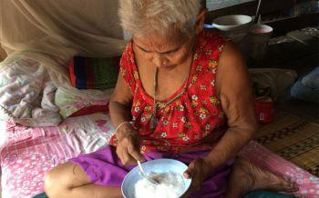 กลับมาเยี่ยมแม่บ้าง! คุณยายวัย80ปีสุดรันทดป่วยหนัก-เลี้ยงดูลูกพิการ กินข้าวกับน้ำปลาประทังชีวิต