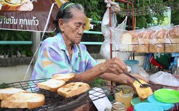 หัวใจแม่ผู้ทรนงบนถนนสายชีวิต ยายวัย 80 กับการขายขนมปังปิ้งสูตรโบราณกว่า 50 ปี