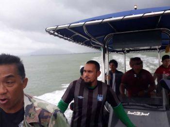 ชาวประมงถูกคลื่นซัด\'เรือหัวโทง\'จมทะเล จนท.ฝ่าคลื่น3เมตรช่วยชีวิต