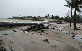พังงาอ่วม! คลื่นลมแรงน้ำทะเลหนุนสูง2-4เมตร ไหลท่วมบ้านเรือนประชาชน