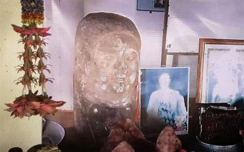 พึ่งไสยศาสตร์! ชาวบ้านสุรินทร์ไหว้สิ่งศักดิ์สิทธิ์ช่วยตามรูปปั้นอายุนับพันปีกลับคืน