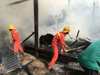 ไฟไหม้บ้านไม้2หลังวอด รวมเสียหายกว่า5แสน-คาดไฟฟ้าลัดวงจร