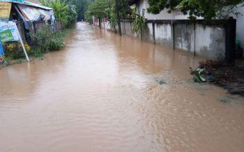 เชียงรายฝนกระหน่ำ! น้ำล้นอ่าง เสาไฟฟ้าล้ม-ดินสไลด์ทับถนน