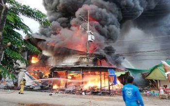 เสียหาย100ล้าน! เพลิงไหม้ตลาดโรงเกลือวอด  ไฟลามไม่หยุด-พ่อค้าแม่ค้าขนของหนีวุ่น