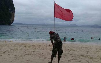 กระบี่ปักธงแดง! จนท.เตือนเรือทัวร์-นทท.กลับเข้าฝั่งคลื่นลมแรง
