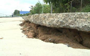 'นอภ.ท่าตูม'รุดตรวจถนนสร้าง3เดือนทรุด แจงต้นเหตุน้ำเซาะ ดินสไลด์