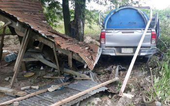 ดวงถึงฆาต! กระบะเสียหลักพุ่งชนบ้าน อัดร่างลุงวัย59ปีดับคาเปลนอน