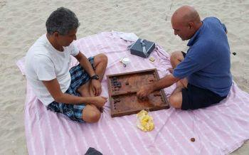 สุดชิว! นักท่องเที่ยวนั่งเล่นหมากกระดานที่หาดสามอ่าวประจวบคีรีขันธ์