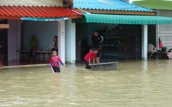 สตูลเตือนภัยน้ำท่วมขยายวงกว้าง4อำเภอ! ไฟช็อตเสียชีวิต1ราย-ระวังสัตว์มีพิษมากับน้ำ