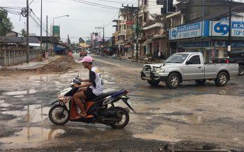ชาวเมืองคอนร้องรับเหมาสร้างถนนไม่คืบ ถนนเป็นหลุม-เผยรถพังหลายคัน