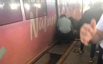 ผู้โดยสารเป็นลมล้มพับ โดนรถไฟฟ้าชนซ้ำขณะเคลื่อนขบวนเข้าสถานี