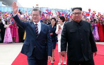 สองผู้นำเกาหลีสวมกอดชื่นมื่น จับตาถกปลดชนวนนิวเคลียร์ (ประมวลภาพ)