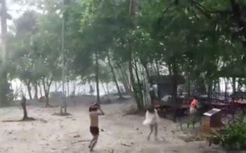 พายุฝนถล่มเมืองกระบี่ นักท่องเที่ยวริมหาดรีบวิ่งขึ้นฝั่งหนีตายระทึก!