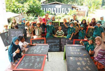 รายงานพิเศษ : 'กระดานดำ'นวัตกรรมสร้างสุข สนุกได้ทุกวัยที่ 'รร.บ้านตืองอ'  สานสัมพันธ์ 'บ้าน-โรงเรียน-ชุมชน'