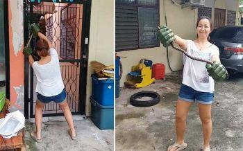คลิปแม่บ้านใจกล้า!! โชว์ลีลาจับงูด้วยมือเปล่า แถมยิ้มร่าโชว์กล้องที่ถ่ายโดยสามี