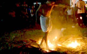 ฮือฮา!\'มโนราห์ลุยไฟ\'เดินฝ่าเปลวเพลิงก่อนนอนเกลือกลิ้งกลางกองไฟ (ชมคลิป)