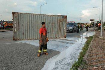 พ่วง18ล้อเทโค้งตู้คอนเทนเนอร์ตกน้ำยางพาราไหลกระจายเต็มถนน